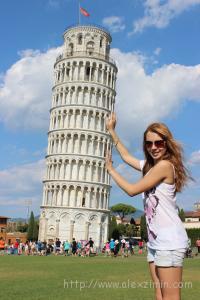 Настя держит Пизанскую башню