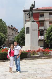 Мы возле памятника в Цетинье