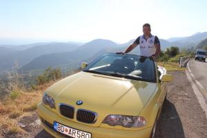 На желтом кабриолете БМВ в Черногории