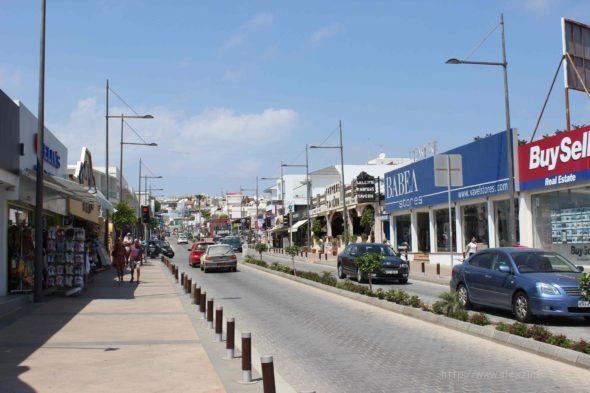 Центральная дорога в Айа-Напе (Кипр)