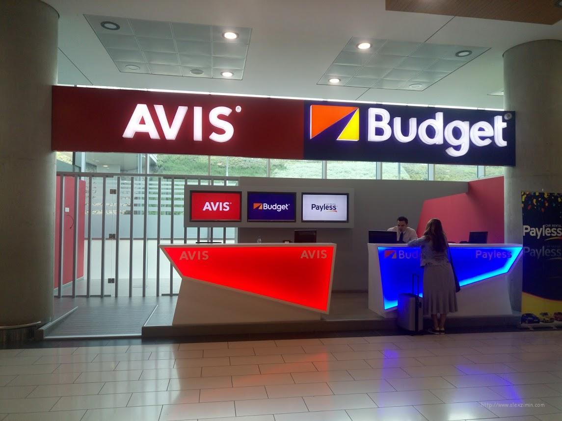 Стойки крупных международных прокатных контор в аэропорту Ларнаки
