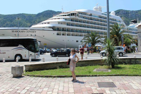 Катя в Которе на фоне лайнера