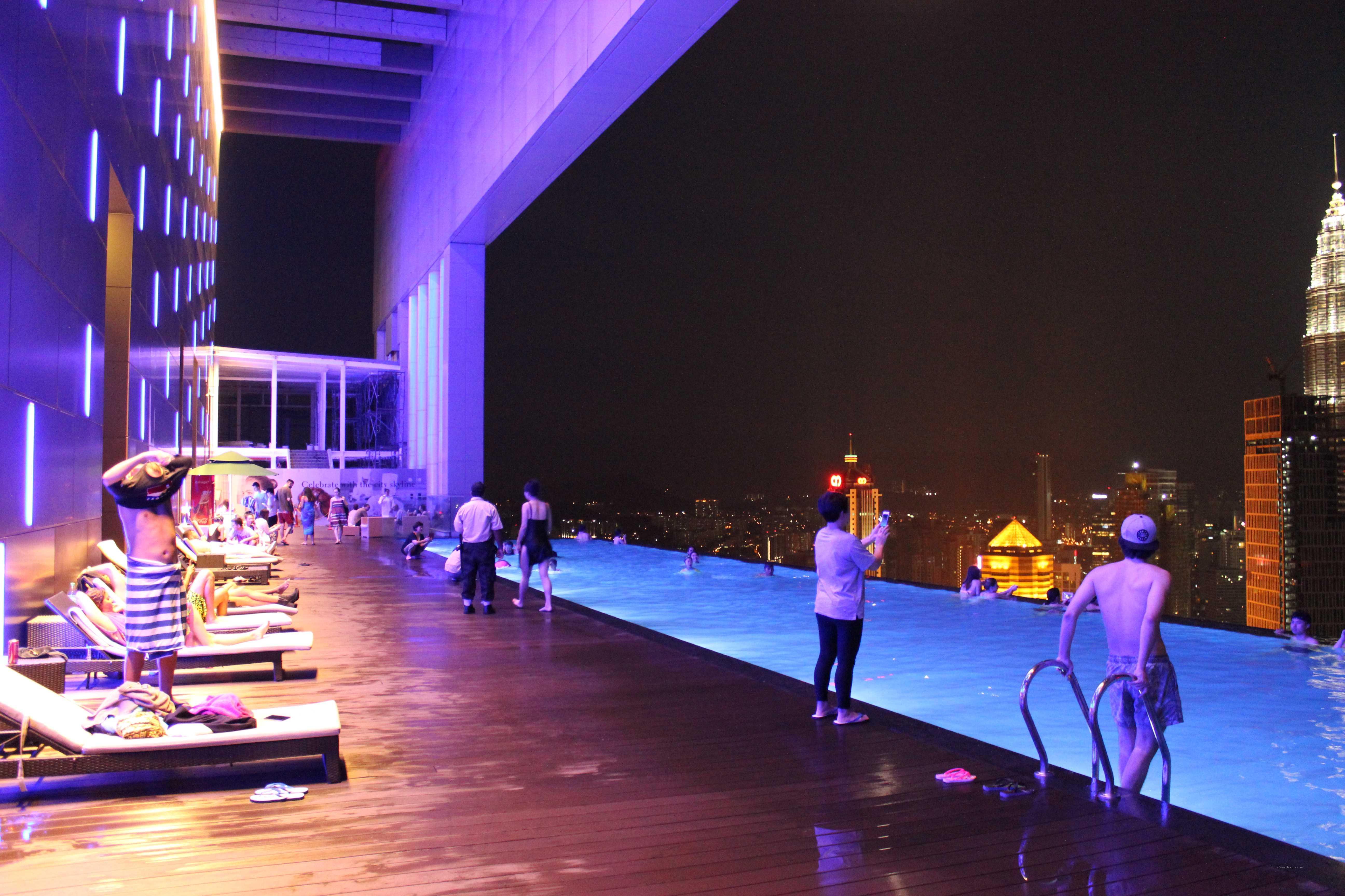 Куала Лумпур. Отель с бассейном на крыше
