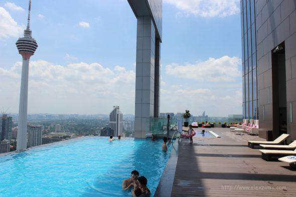 Бассейн на крыше отеля с видом на башни Петронас и телевышку Менару