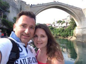 Алексей и Екатерина Зимина селфи на фоне старого моста в Мостаре