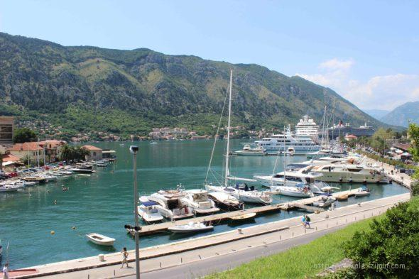 Яхты в порту Котора. Вид со стены старого города