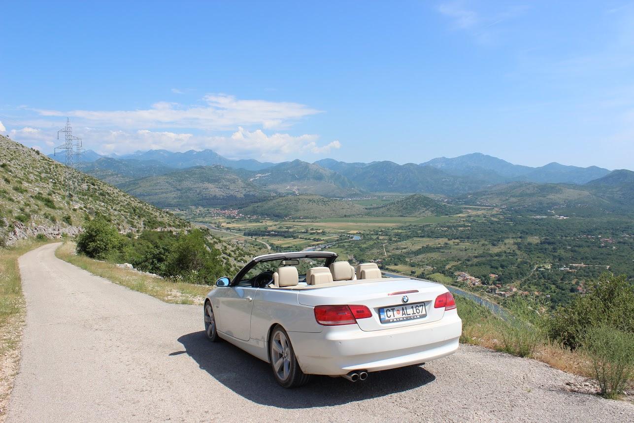 БМВ кабриолет который мы арендовали в Черногории на дороге в Боснии и Герцеговине