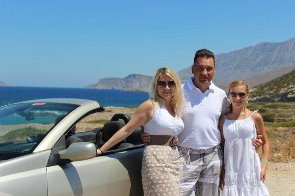 Алексей Зимин в Греции, Крит, Зимины на фоне кабриолета