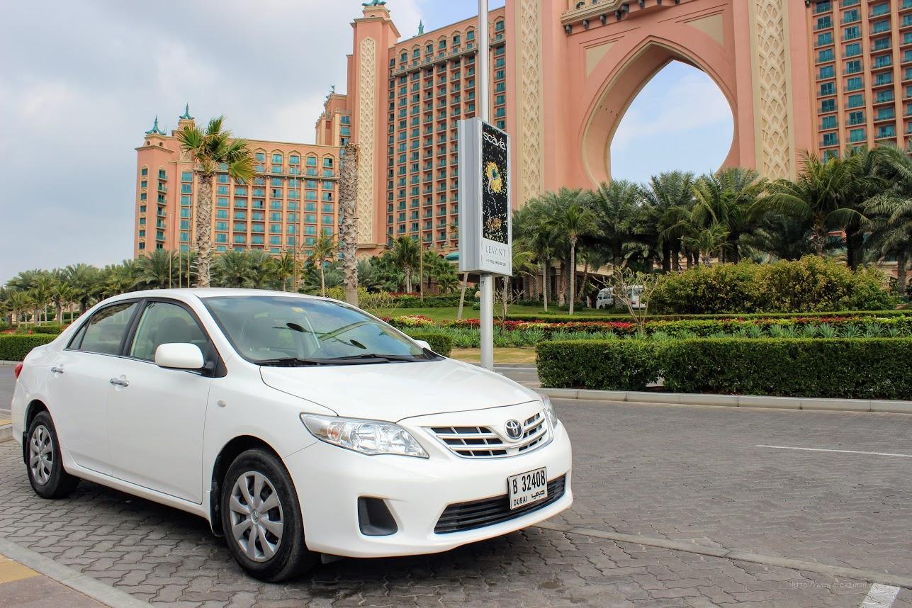 Аренда авто в Дубае и ОАЭ - Наша машина Toyota Corolla на фоне отеля Атлантис