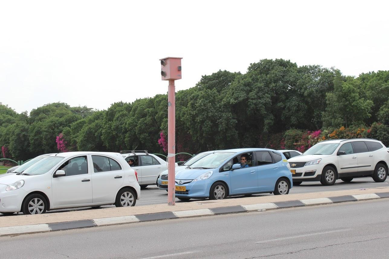 Устройства фиксирующие проезд на красный свет светофора, похожие аппараты фиксируют нарушение скорости на загородних трассах