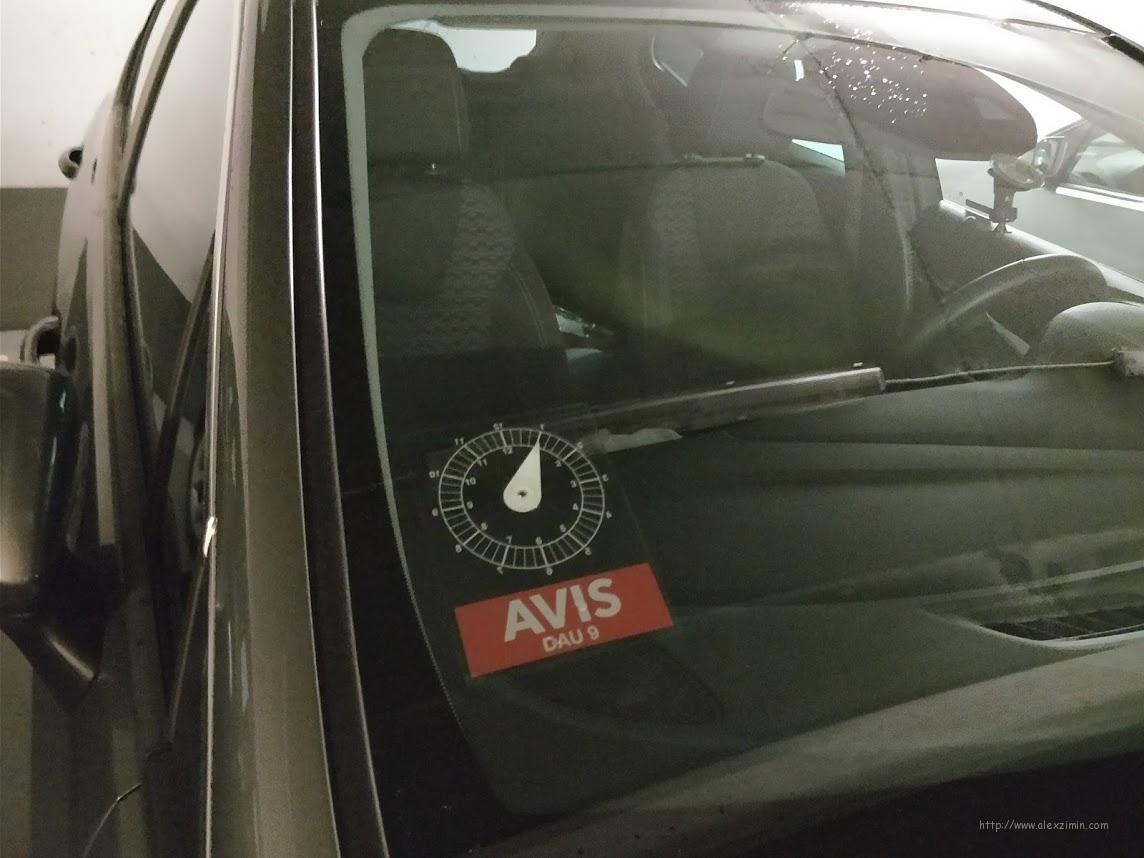 Парковочный диск на лобовом стекле арендованного авто в Дании