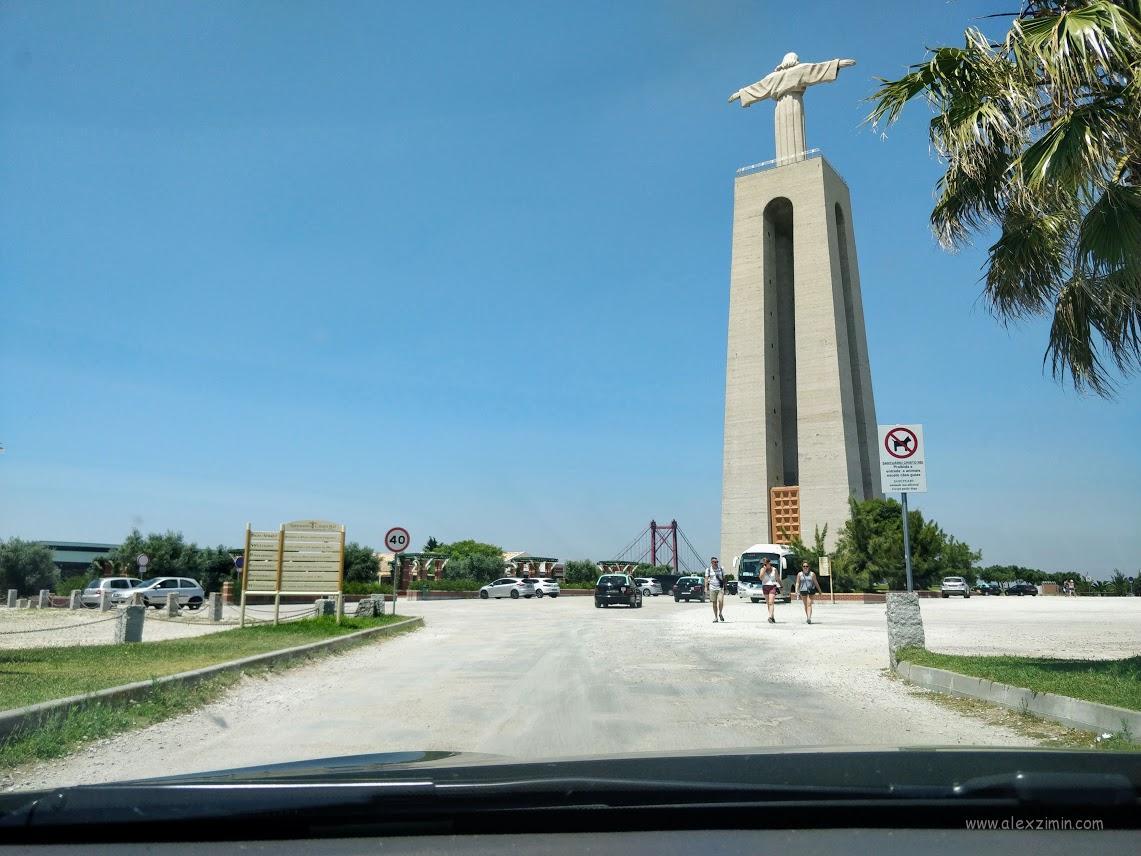 Бесплатная парковка возле статуи Христа в Лиссабоне