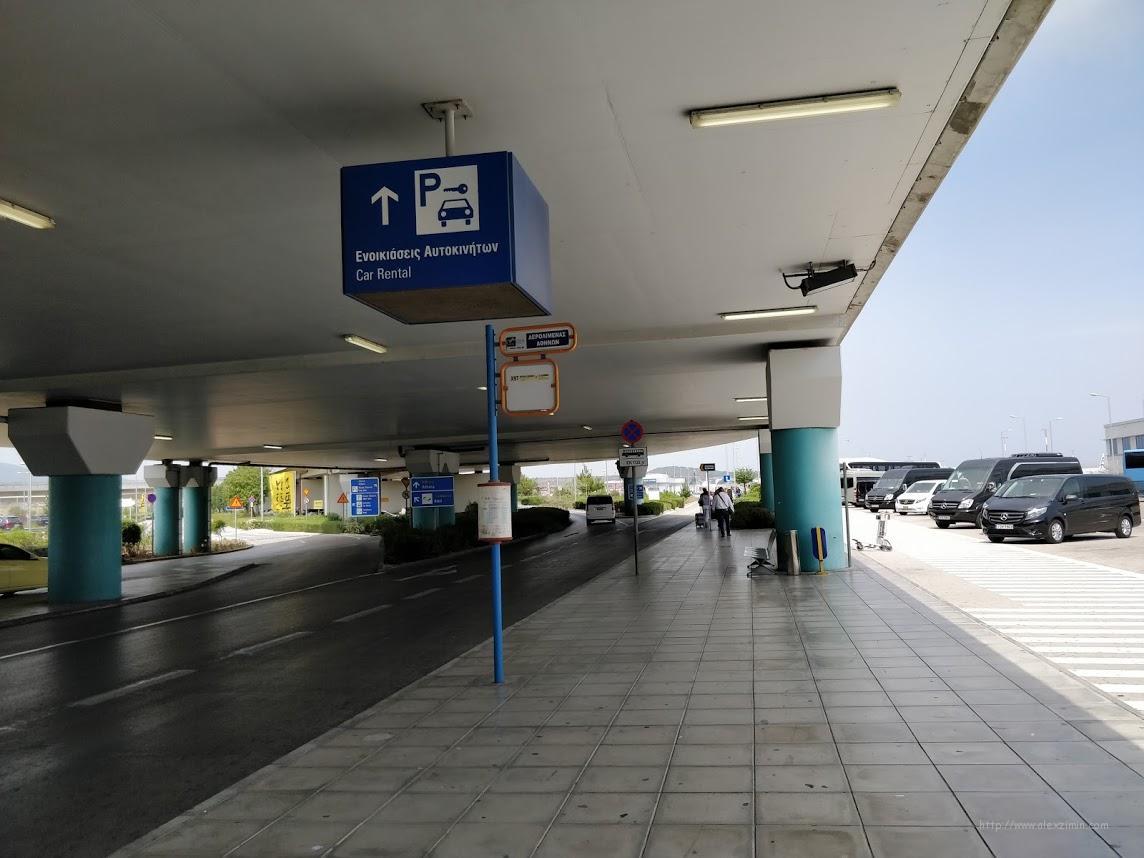 Указатель направления движения на парковку прокатчиков в аэропорту Афин