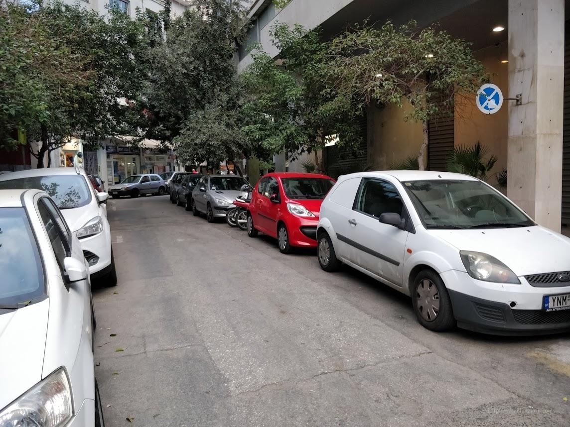 Уличная парковка в Афинах