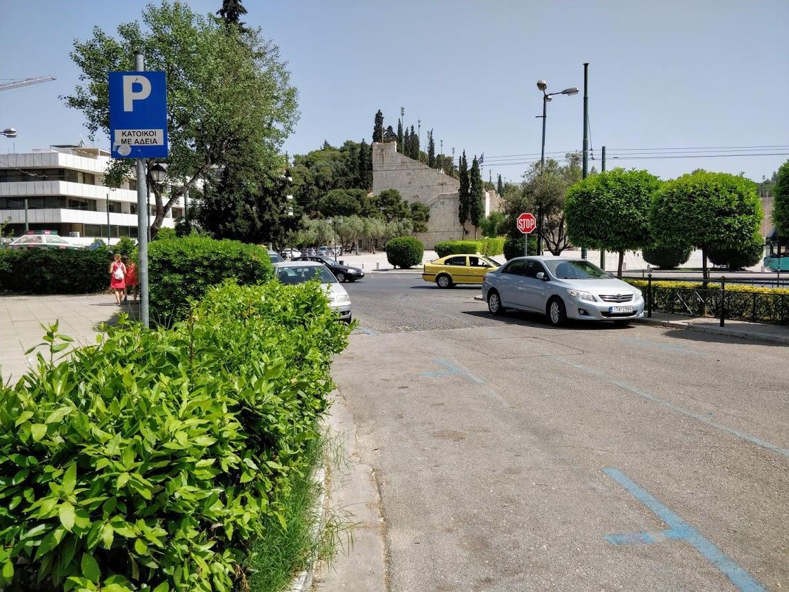 Синяя разметка на парковке в Афинах, Греция