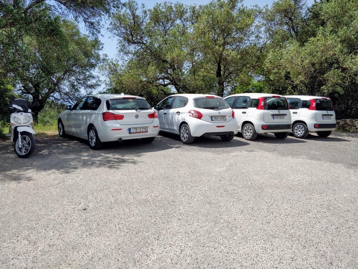 Особенности аренды авто в Греции - много белых машин