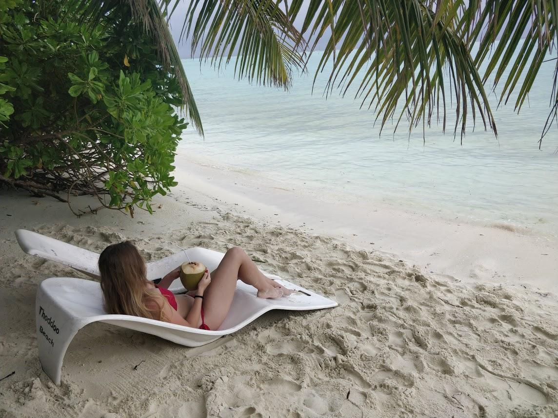 Бюджетный отдых на Мальдивах. Лежаки на пляже острова Тодду