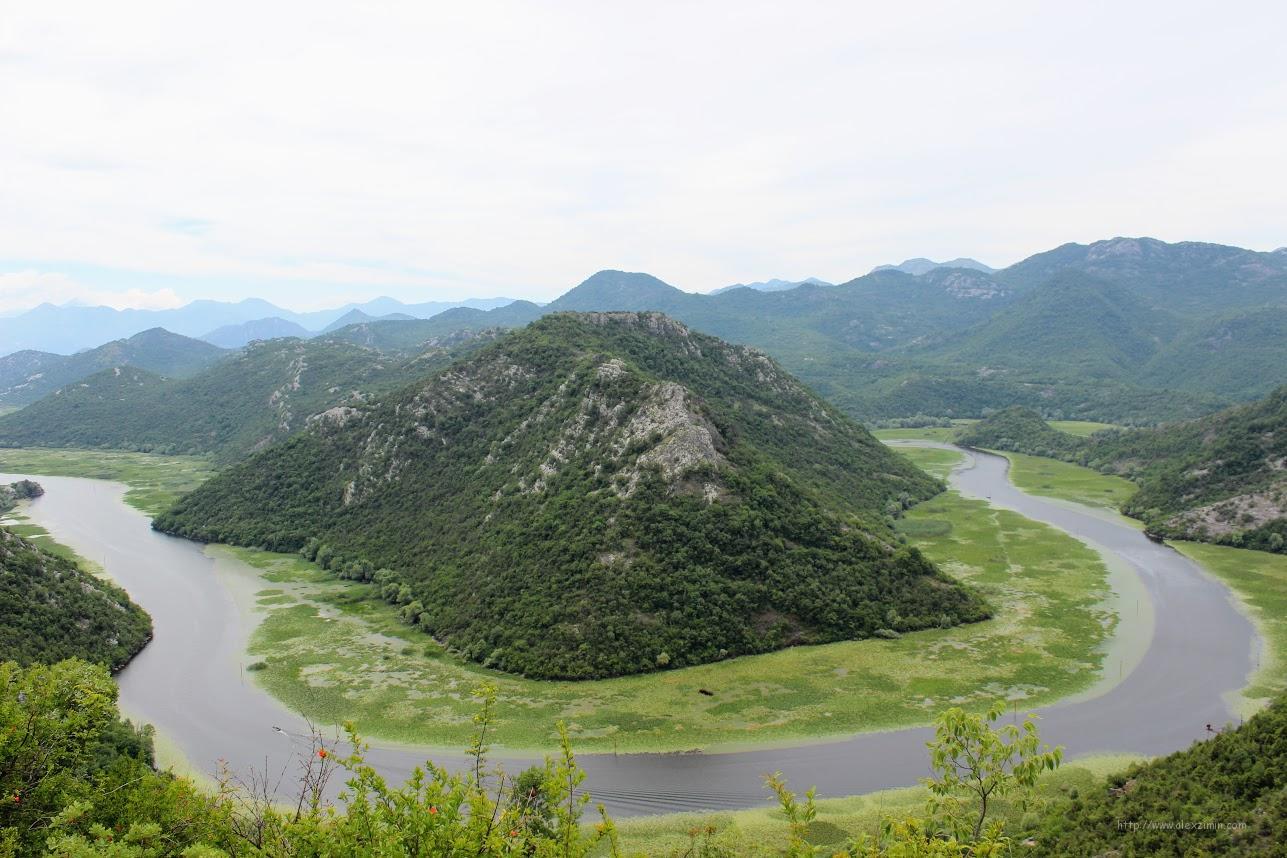 Вид на риеку Црноевича. Река опоясывающая гору