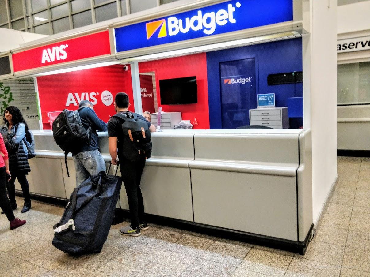 Офисы прокатчиков Авис и Баджет в аэропорту Мальы