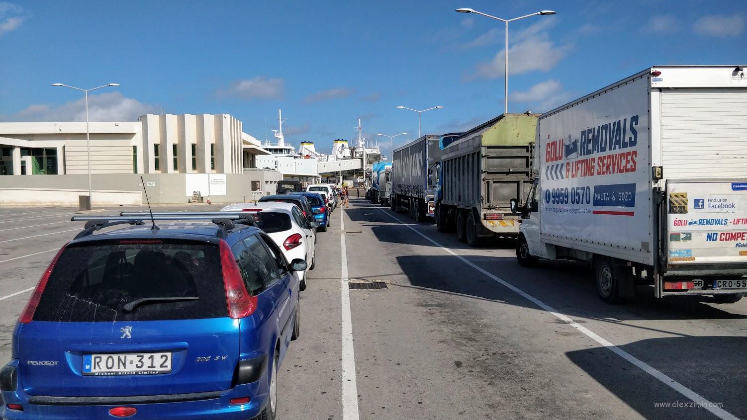 Очередь автомобилей на паром со стороны Мальты в сторону острова Гозо