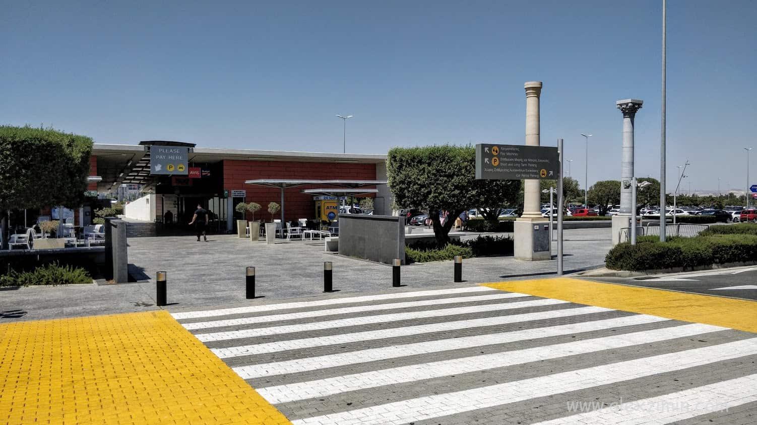 Парковка прокатных машин в аэропорту Ларнака