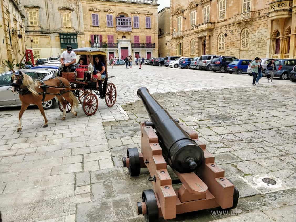Город Мдина, карета и пушка