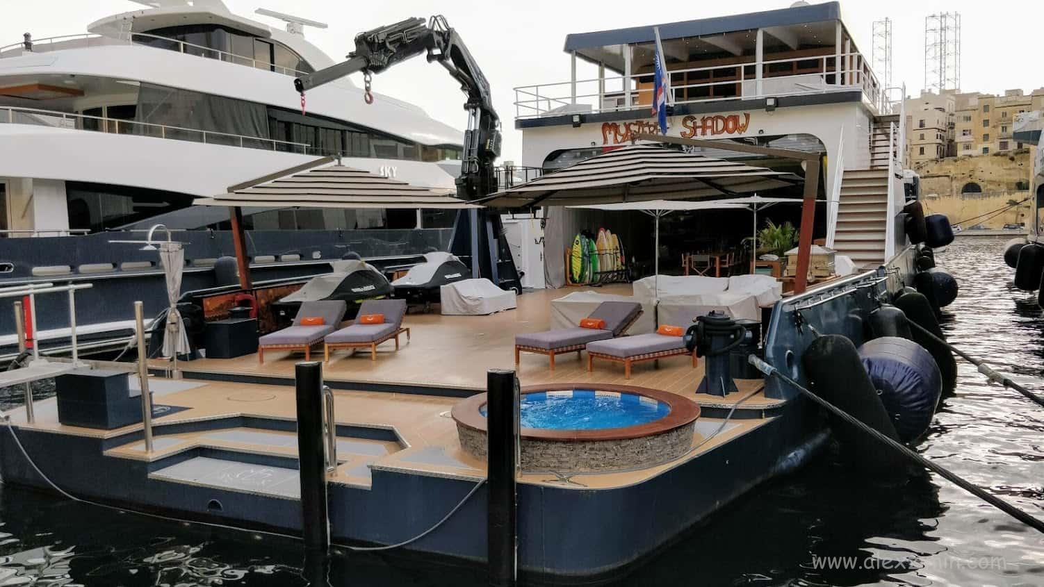 Яхта на набережной Vittoriosa Waterfront