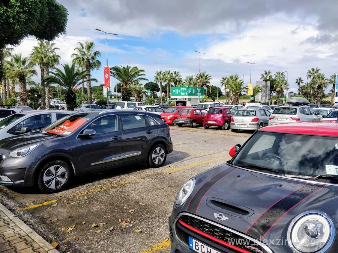 Машины возле аэропорта Лука на Мальте