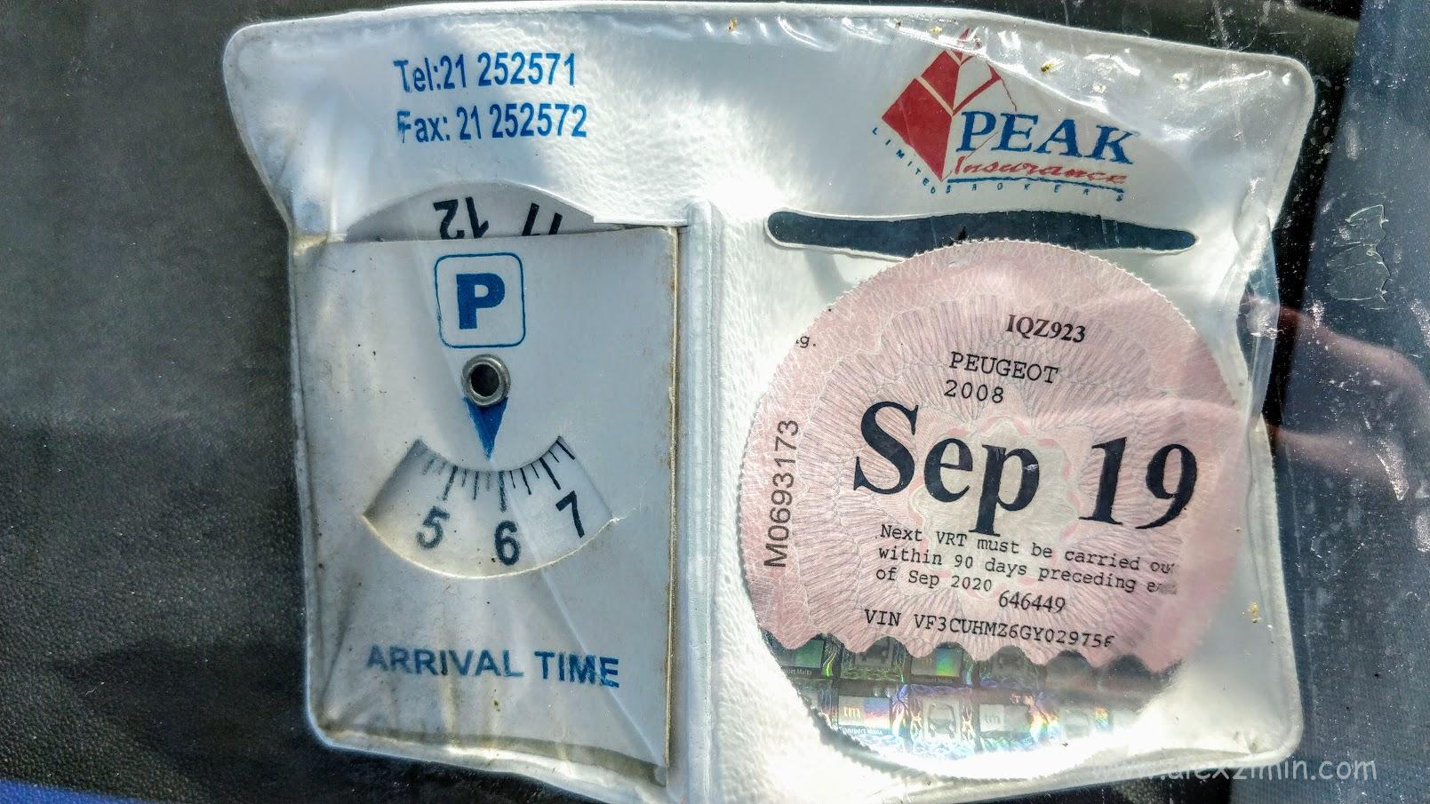Парковочный диск в машине на Мальте