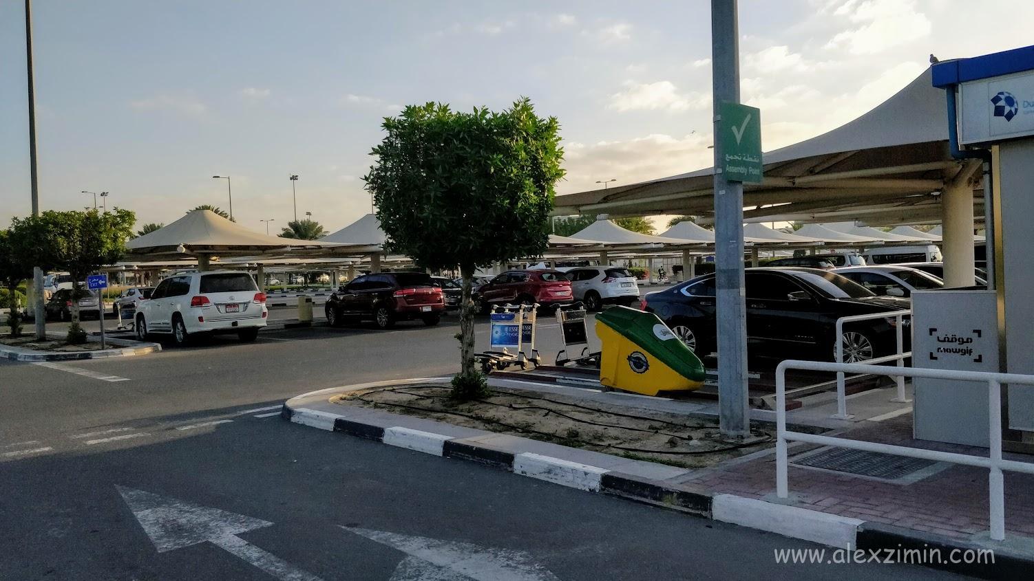 Парковка для прокатных авто возле 2 терминала аэропорта Дубай