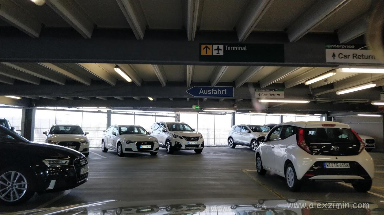 машины на парковке car rental center Dusseldorf