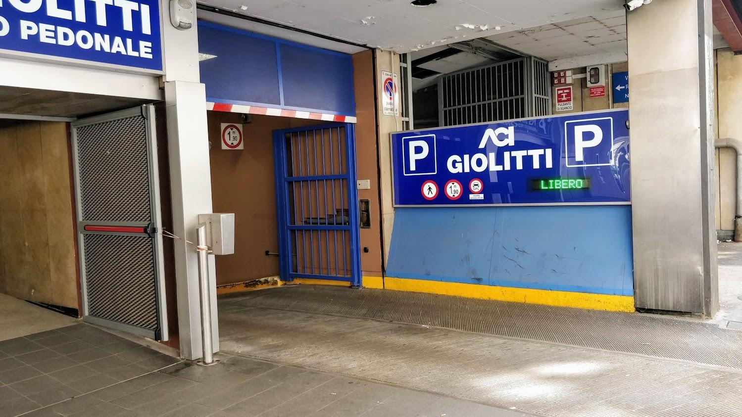 Подземный паркинг в центре Турина (Италия)