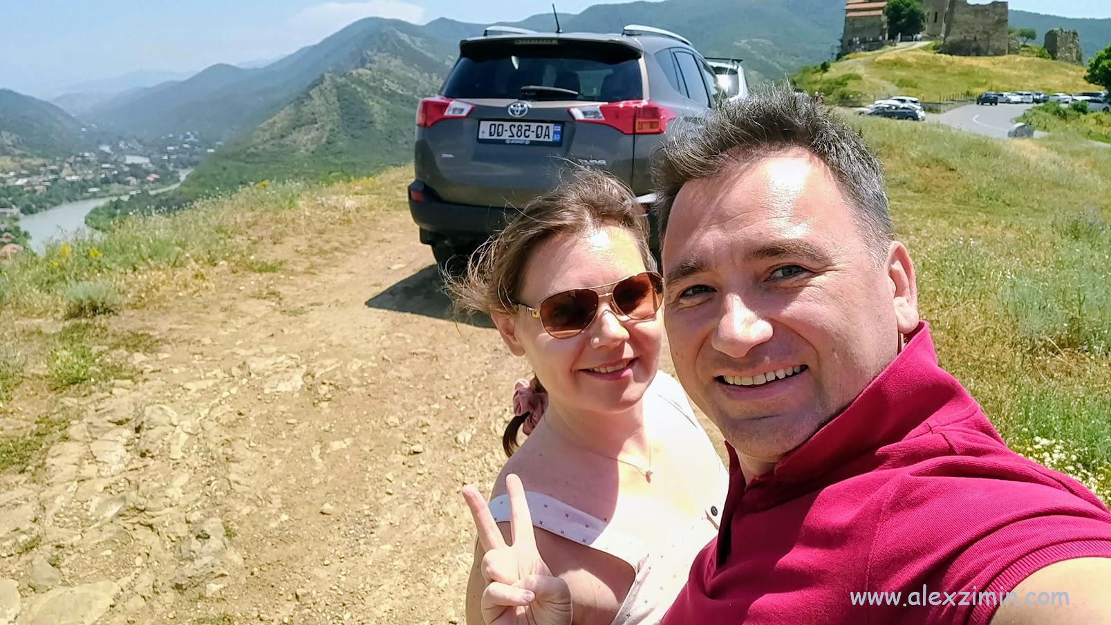 Алексей Зимин и Екатерина Зимина в Грузии на фоне арендованной машины