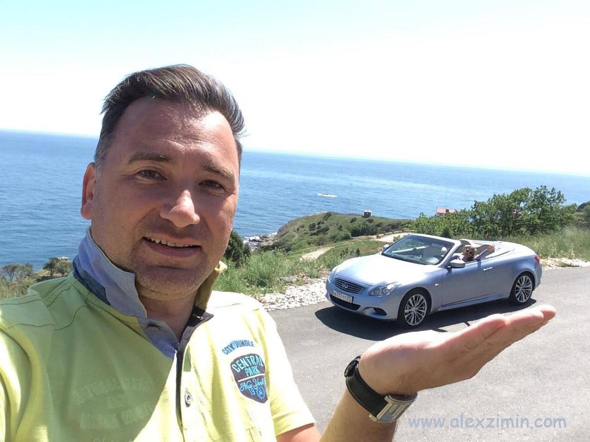 Алексей Зимин держит на руке кабриолет. Статья Аренда авто в Крыму