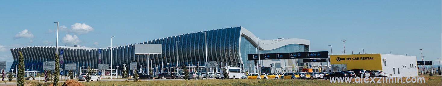 Парковка прокатных машин Мой Автопрокат в аэропорту Симферополя