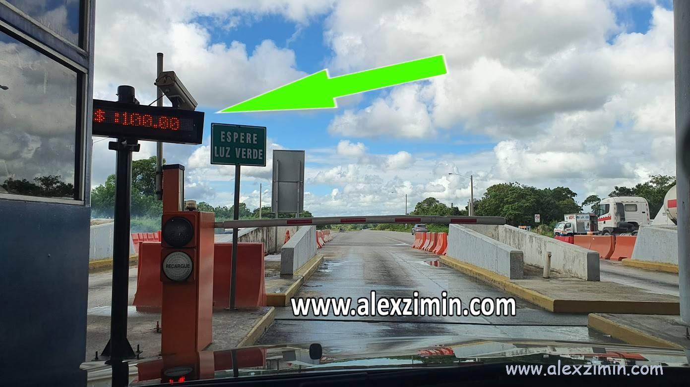 Стоимость проезда по автомагистрали в Доминикане на табло пункта пропуска