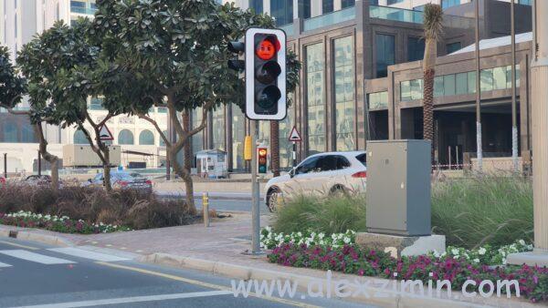 светофор на искусственном острове Пальма Джумейра в Дубае